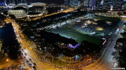 People queueing late into night to pay respects to Mr Lee. Photo from Straits Times