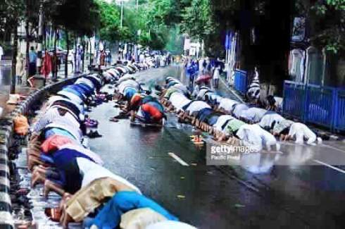 Muslims in Chennai having Friday prayers on the road. Source: Imgur.com